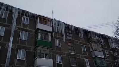 «Очень опасно!»: горловчанин показал на видео гигантские сосульки в центре города. ВИДЕО