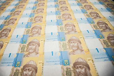НБУ будет с молотка продавать огромные листы неразрезанных гривен
