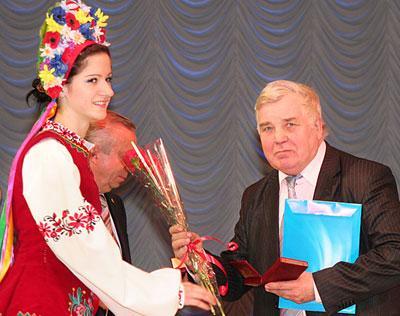 Певец донбасской земли в придачу к почетному званию получил еще и букет из рук «щирой украинки».