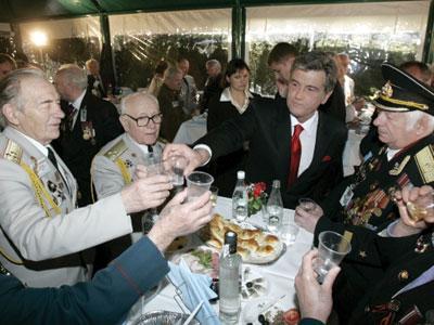 Виктор Ющенко пьет с одними ветеранами, а ратует за признание героями совсем других.