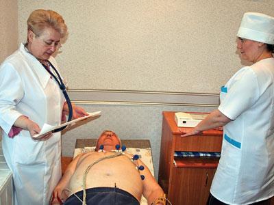 - Этому пациенту уже стало значительно легче, - констатирует доктор Кушакова (слева), поручив медсестре Наталье Пахомовой провести комплекс процедур жителю Константиновки Евгению Кадурину.