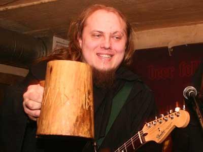 Сергей «Тролль» Румянцев даже во время концерта с удовольствием поклонялся Хмелю с помощью огромной деревянной кружки.