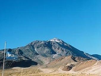 Вулкан Сокомпа в Андах.