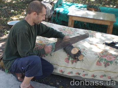 Сергей Коваленко, единственный доход которого -  пенсия, об угле и не мечтает, а запасается дровишками.