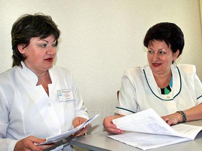Заведующая лечебно-диагностическим отделением Ирина Горобец и начальник медслужбы Славкурорта Валентина Хорешко уточняют план нового рабочего дня.