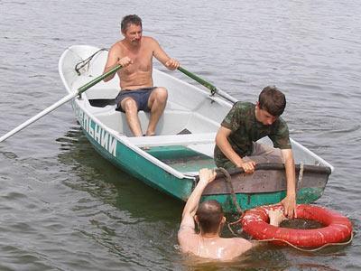 Спасатели продемонстрировали, как при помощи старой лодки и допотопного круга можно уберечь от смерти бестолкового купальщика, который полез в Кальмиус.