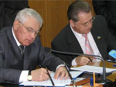Председатель облгосадминистрации Владимир Логвиненко и облсовпрофа Владимир Пастушенко во время подписания соглашения.