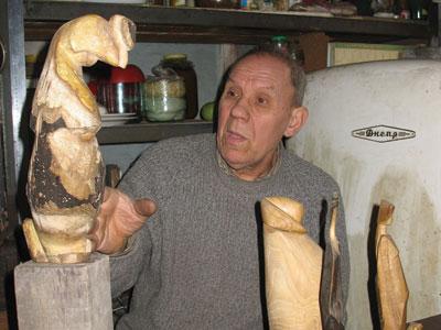 Донецкий скульптор Владимир Киселев демонстрирует петуха, сделанного из живописной коряги. Подметить в ней сходство с этой птицей мог только настоящий мастер.