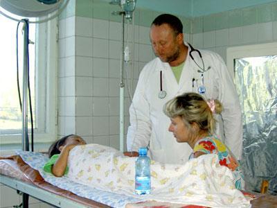 Дима переносит капельницу мужественно: мама и доктор рядом. Что поделаешь, если его ацетон можно победить только в стационаре.