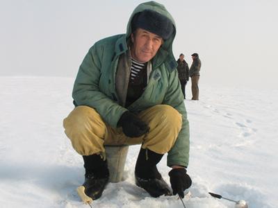 Седовец Александр Геращенко - профессиональный рыбак. Он как никто другой знает коварный нрав древней меотиды. И, тем не менее, рискует ради увлечения, которое присуще каждому мужчине-добытчику.
