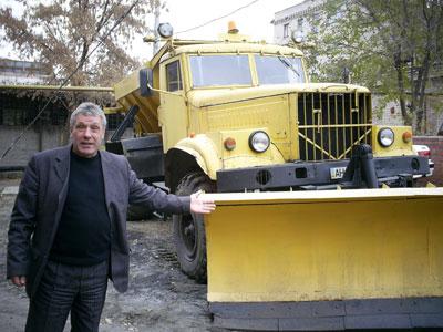 Владимир Лазутин демонстрирует свой не новый, но рабочий автопарк.