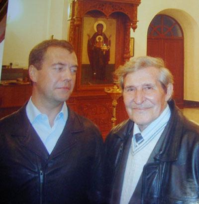 Снимок из восстановленного храма в Мансурово: президент смотрит на дядю с явной симпатией.