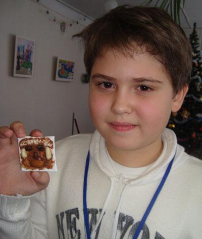 Давид Мирошкин гордится собственноручно изготовленным шоколадным изделием.