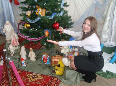 Пресс-секретарь музея Елена Грязнова демонстрирует новогодние игрушки.