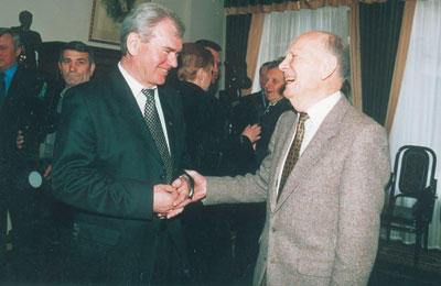 Президент Национальной академии наук Украины Борис Патон поздравляет Владимира Шевченко с юбилеем.