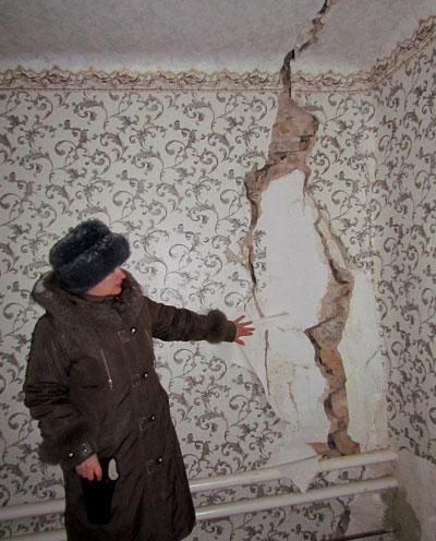 Дом из-за подработок разваливается, хозяйка квартиры уже и не надеется ее восстановить.
