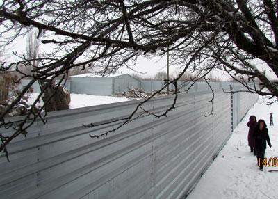 Жители поселка уверены, что этот забор скрывает нелегальную шахту.