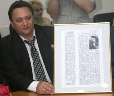 Народный артист России Александр Клюквин с номером нашей газеты 70-летней давности, который теперь займет место в музее Малого театра.