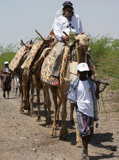 Федор Конюхов путешествовал на верблюде по пустыне Эфиопии в сопровождении автоматчика.