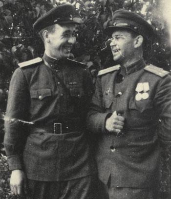 Пока на фронте затишье, можно сделать и фото. 9 сентября 1944 года, Польша. Справа - Иван Кулага, слева - начальник химической службы 345-го саперного батальона Александр Никулин.