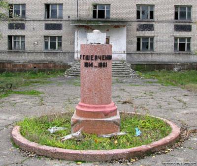 в г. Стаханове Луганской области вандалы уничтожили памятник Тарасу Шевченко.