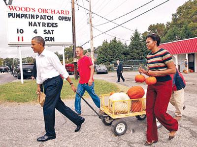Президент США занялся приготовлением к Хэллоуину. Барак и Мишель Обама купили у фермеров в Виргинии сразу десять тыкв.