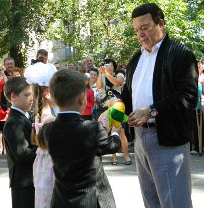 Частый гость Часов Яра - Иосиф Кобзон, который в этом году поставил игровую площадку для местной детворы на улице имени себя, за что получил от них мягкие игрушки.