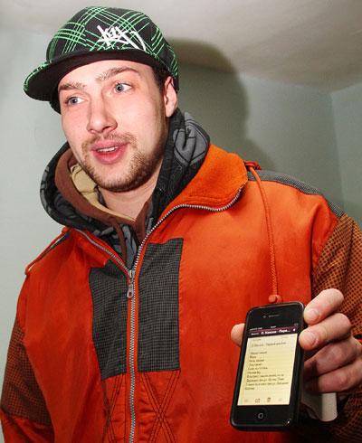 Олег Кензов демонстрирует будущий альбом.