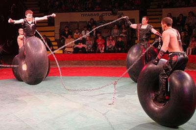 Акробаты на баллонах впервые выступают в донецком цирке.