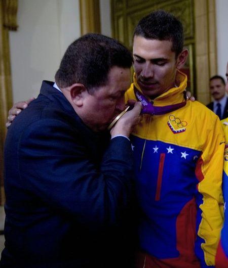 Когда после победы вас целует красивая девушка, это, конечно, приятно. Но вниманию солидного мужчины в костюме фехтовальщик Рабен Лимбардо обрадовался не меньше - еще бы, сам президент родной Венесуэлы Уго Чавес поздравил с золотой медалью!