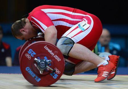 В благодарном порыве белорус Евгений Зарнасек во время соревнований поцеловал даже 105-килограммовую штангу.