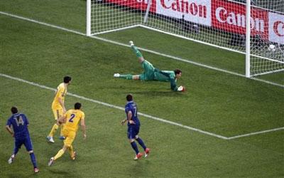 После удара Жереми Менеза мяч влетает в ворота Андрея Пятова.
