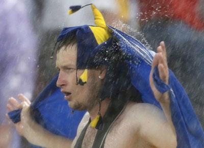 Украина-Франция. Фанаты, как древние волхвы, пытались остановить дождь ритуальными танцами.