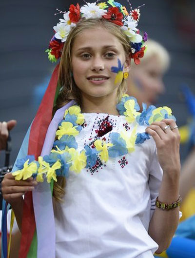 Украина-Франция. Девочка надела свой новый украинский наряд и, волнуясь, ждет начала матча. Тоненькие пальчики нетерпеливо теребят венок.