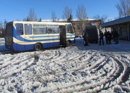 В Кировском территория автостанции покрыта снежной кашей,  по которой люди и автобусы пробираются с трудом.