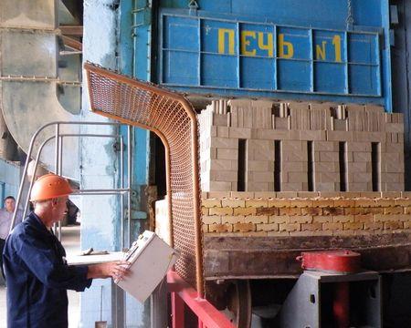 Модернизированная печь  на огнеупорном заводе облегчает труд  и позволяет повысить качество.
