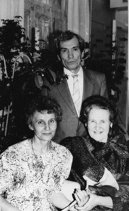 Подруги Алла Беленко и Нина Нугаева под защитой верного рыцаря Анатолия.