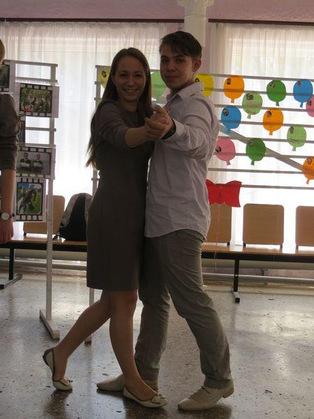 Максим Волков с золотой медалисткой Юлией Лузановой репетируют выпускной танец.