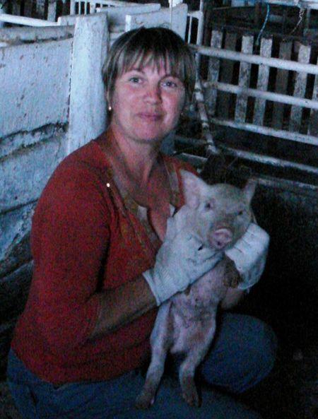 Свинарка Вита Дюба с удовольствием работает  на ферме, обслуживая  283 животных.