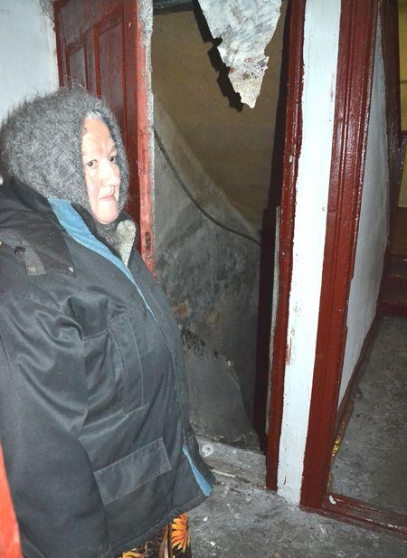 Людмила Дедешко показывает сырой подвал,  в который едва не провалилась из-за прогнивших ступеней.