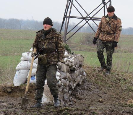Солдаты возводят укрепления без особого энтузиазма. Они надеются, что их лагерь не подвергнется нападению армии сопредельного государства.