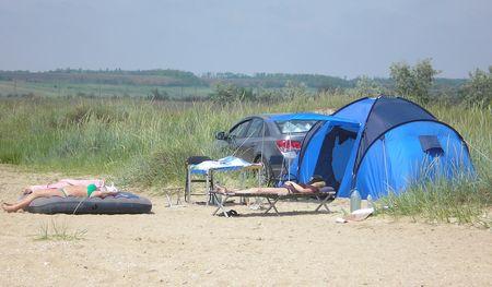 Отдыхающие выезжают за город с палатками.